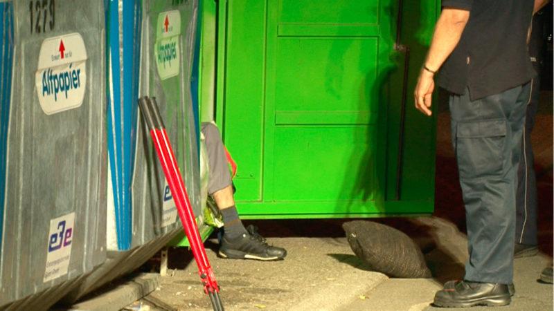 Mann muss aus Altkleidercontainer gerettet werden (Foto: SAT.1 NRW)