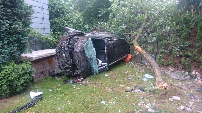 Auto landet im Garten (Foto: SAT.1 NRW)