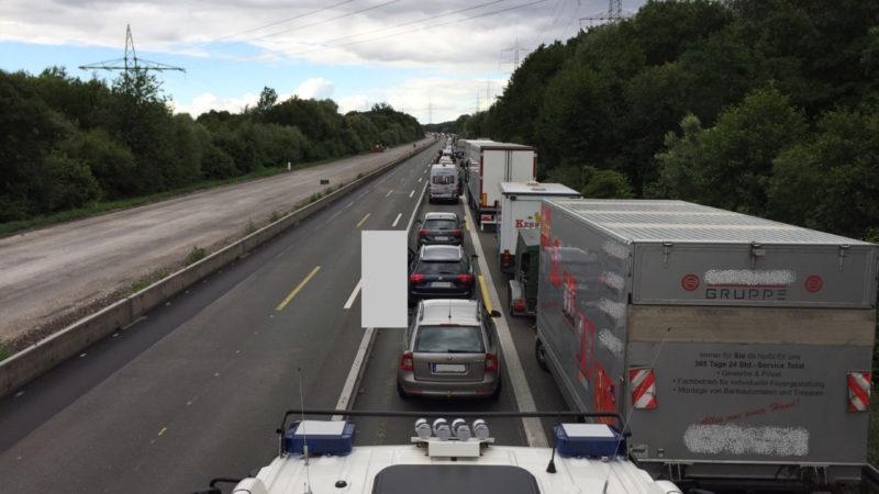 Kein Durchkommen - Polizei muss zum Unfall laufen (Foto: SAT.1 NRW)
