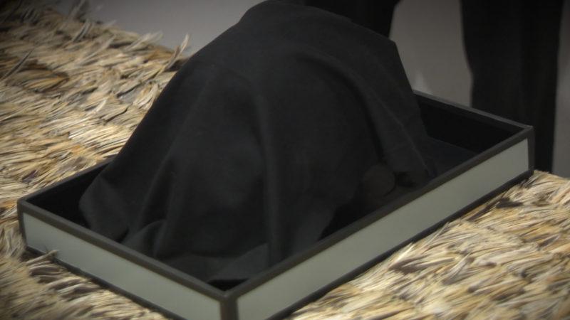 Mumifizierter Moari Schädel übergeben (Foto: SAT.1 NRW)