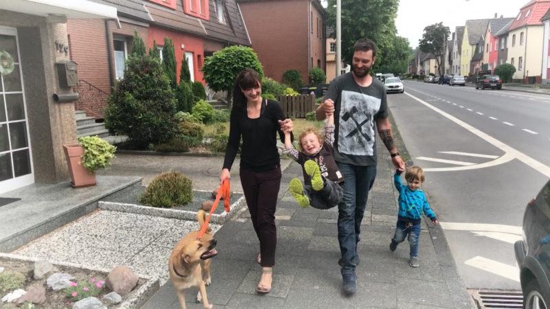 FAMILIE SUCHT VERGEBLICH NACH EINEM KITAPLATZ (Foto: SAT.1 NRW)