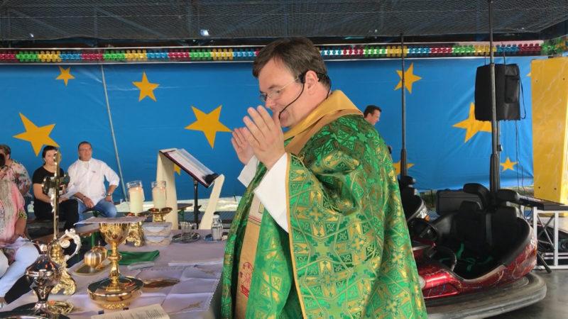 Kirmes Pfarrer - Predigten im Autoscooter (Foto: SAT.1 NRW)