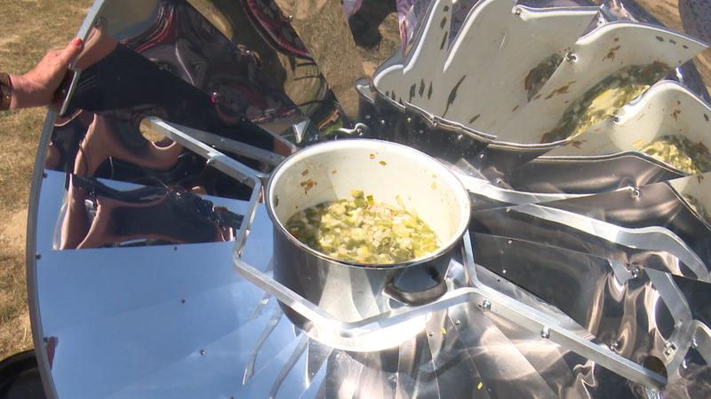 Vor Hitze kochen - eine Bonnerin bereitet ihr Essen mit Solarenergie zu (Foto: SAT.1 NRW)