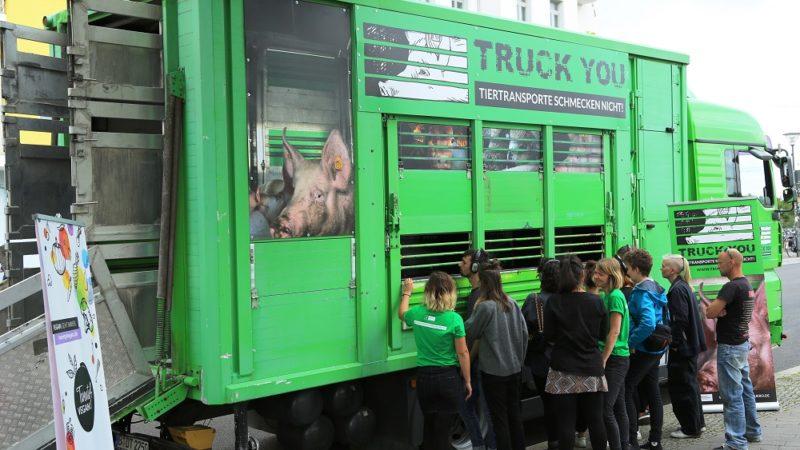 Tierschützer mit Truck auf Tour (Foto: SAT.1 NRW)