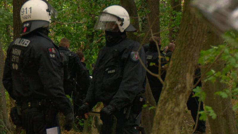Durchsuchung des Aktivistencamps am Hambacher Forst (Foto: SAT.1 NRW)