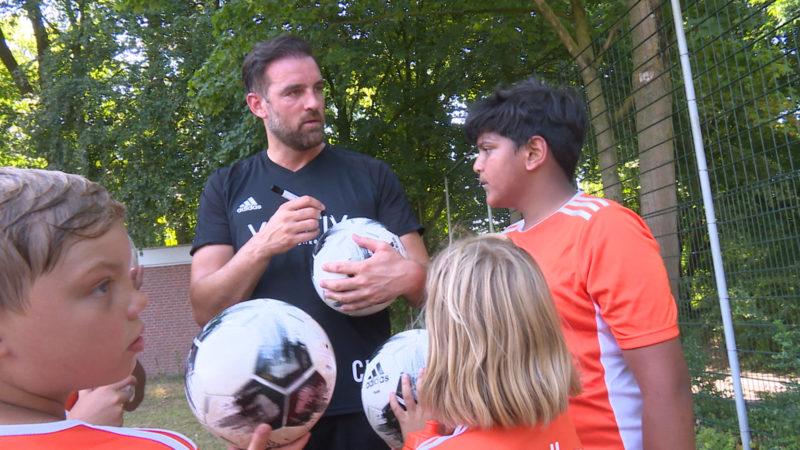 Christoph Metzelder eröffnet sein Fussball-Feriencamp (Foto: SAT.1 NRW)