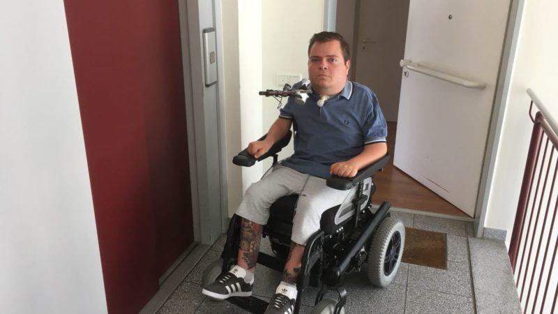 In der Wohnung gefangen - Wegen eines defekten Aufzug kommt ein Wuppertaler seit Monaten nicht raus (Foto: SAT.1 NRW)