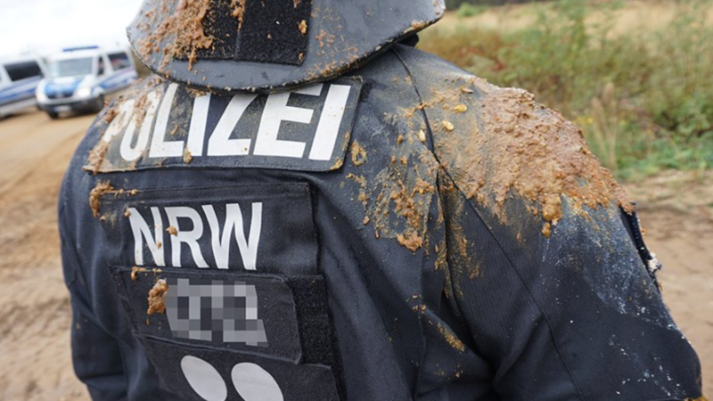 Umweltaktivisten bewerfen Polizisten mit Fäkalien (Foto: SAT.1 NRW)