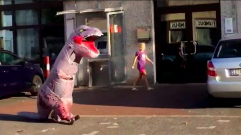 Dino spaziert durch Siegen (Foto: SAT.1 NRW)