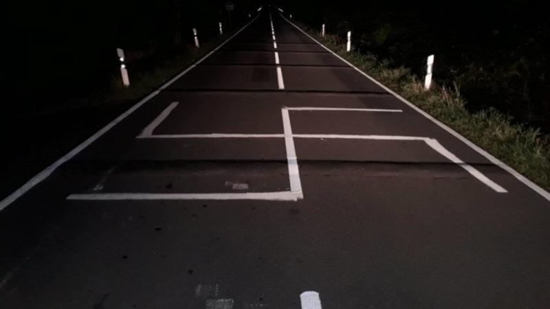 Unbekannte schmieren Hakenkreuz auf Fahrbahn (Foto: SAT.1 NRW)
