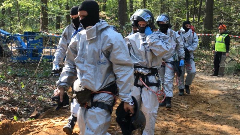 Fäkalien Attacke - Umweltaktivisten wehren sich mit allen Mitteln gegen die Polizei (Foto: SAT.1 NRW)
