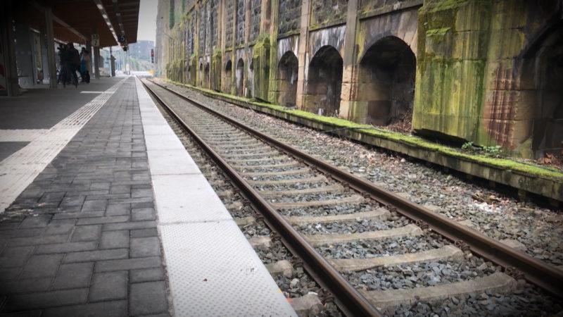 URTEIL: MANN REISST KIND VOR DIE BAHN (Foto: SAT.1 NRW)