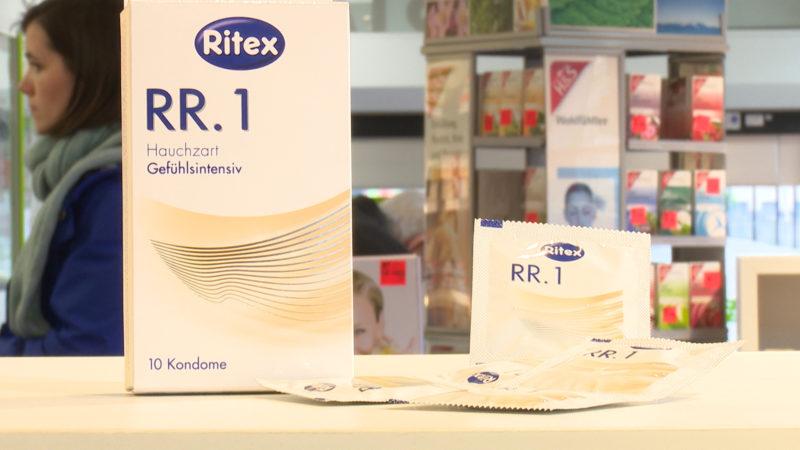 Auch die Liebe ist durch die EU geregelt. Mindestens fünf Liter Flüssigkeit müssen in eine Kondom passen. Außerdem muss es mindestens 16 Zentimeter lang sein.  (Foto: SAT.1 NRW)