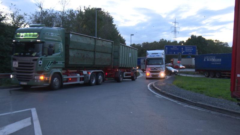 Völlig überfüllte LKW-Parkplätze (Foto: SAT.1 NRW)
