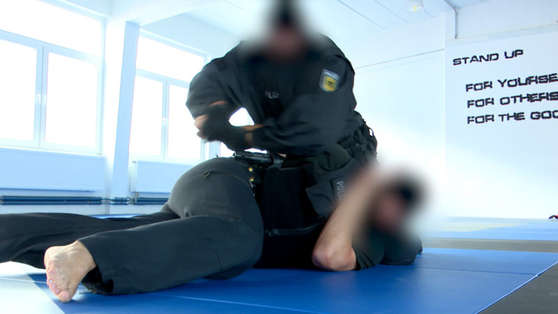 Polizisten riskieren Job (Foto: SAT.1 NRW)