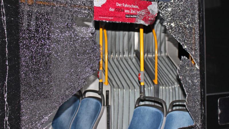 Frau durch Steinwurf auf Bus verletzt (Foto: SAT.1 NRW)