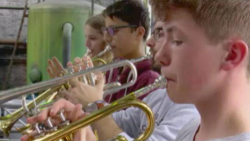Schüler musizieren für Toleranz (Foto: SAT.1 NRW)