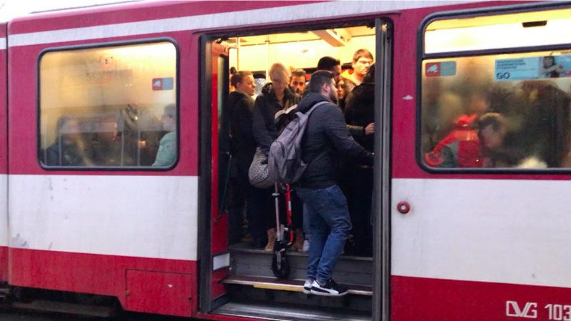 Busse und Bahnen dramatisch überfüllt (Foto: SAT.1 NRW)
