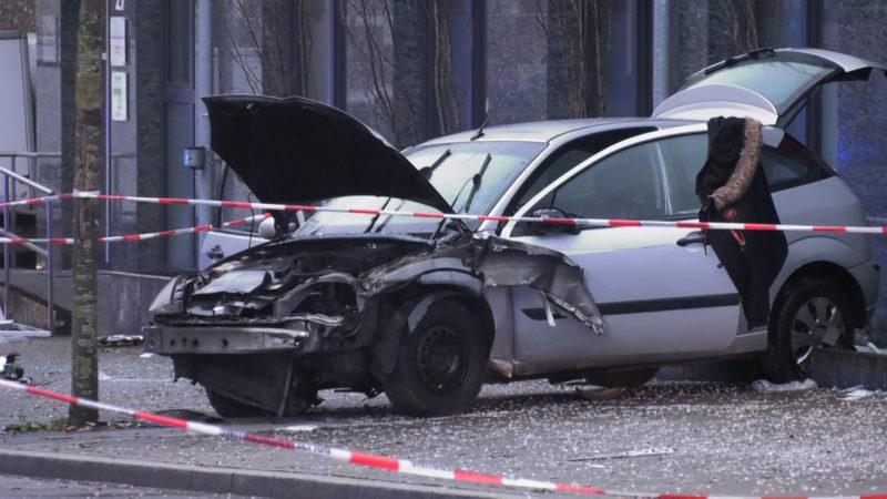 Auto rast in Bushaltestelle! (Foto: SAT.1 NRW)