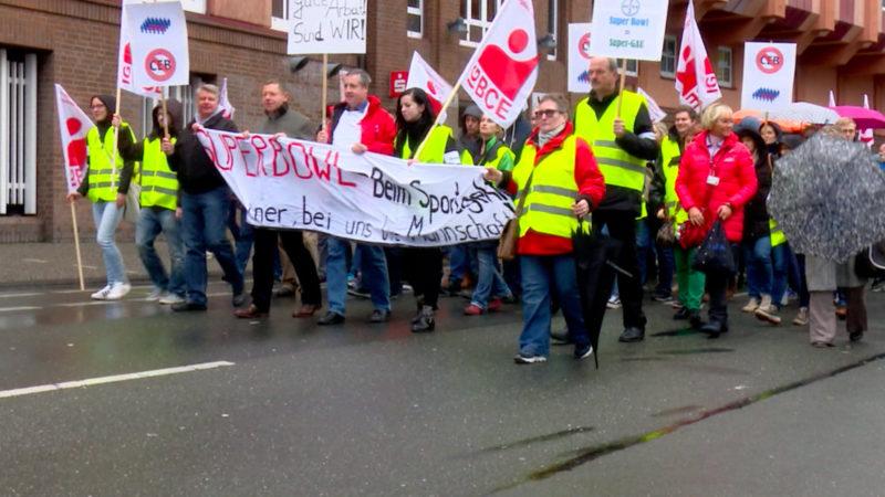 Bayer-Mitarbeiter protestieren gegen Sparpläne (Foto: SAT.1 NRW)