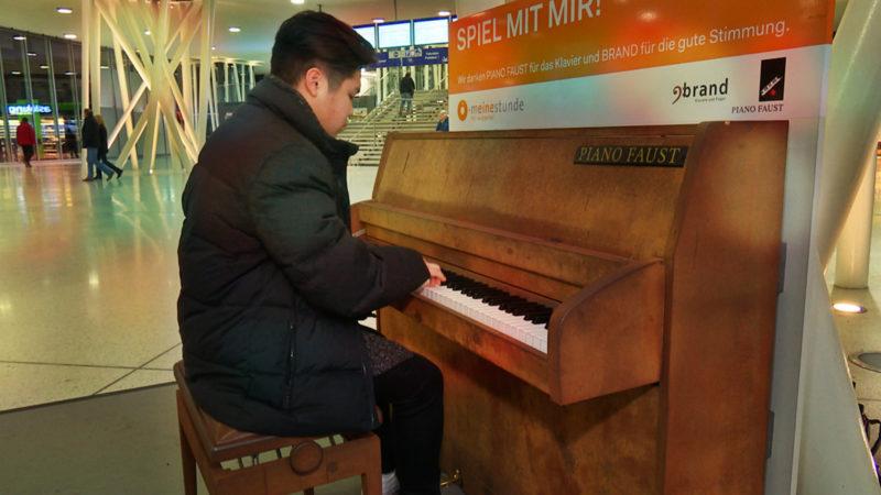 Bahnhofskonzert wird zum Internet-Hit (Foto: SAT.1 NRW)