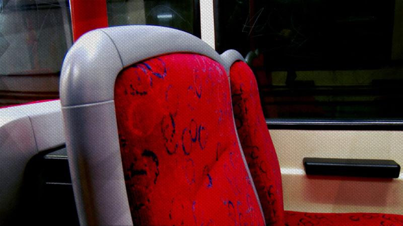 Passagiere testen U-Bahnsitze (Foto: SAT.1 NRW)