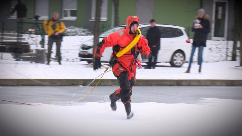 Feuerwehr übt die Eisrettung (Foto: SAT.1 NRW)