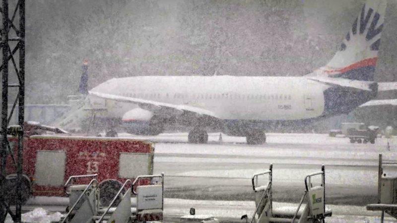 Flughafen wegen Schnee lahmgelegt (Foto: SAT.1 NRW)