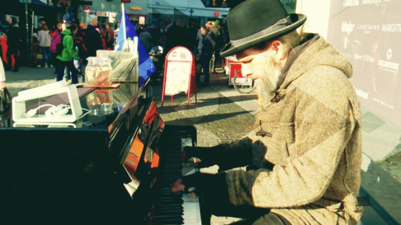 Straßenmusiker akzeptiert Kartenzahlung (Foto: SAT.1 NRW)