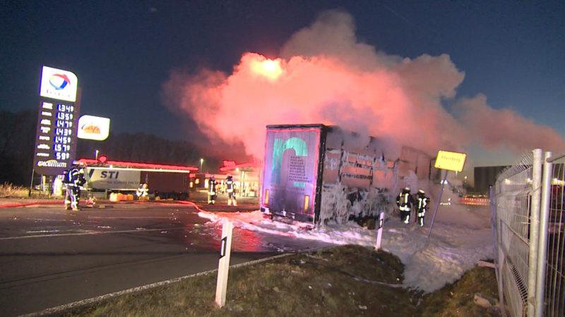 Brennender LKW fährt zur Tankstelle (Foto: SAT.1 NRW)