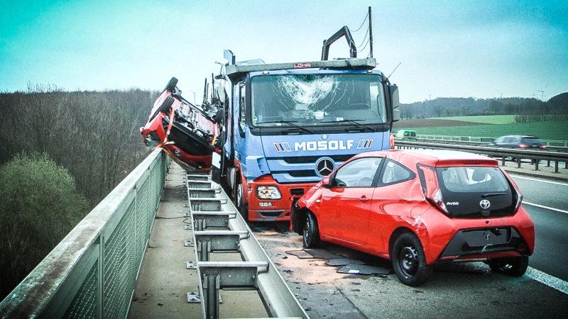 Unfall mit Autotransporter (Foto: SAT.1 NRW)