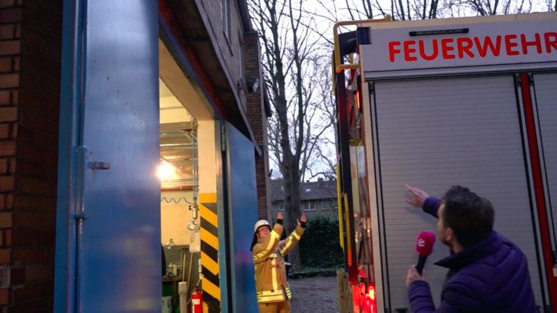 Neues Feuerwehrauto passt nicht in Garage (Foto: SAT.1 NRW)