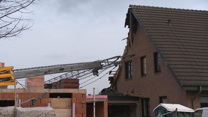 Kran kippt auf Haus (Foto: SAT.1 NRW)