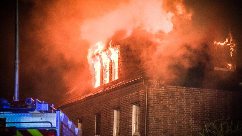 Bewohner verlieren Haus durch Brand (Foto: SAT.1 NRW)