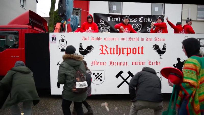 Rechte Hooligans im Karnevalszug (Foto: SAT.1 NRW)