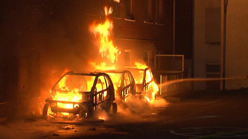 Autos der AfD angezündet (Foto: SAT.1 NRW)