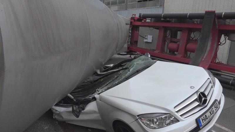 Laster kippt auf Auto (Foto: SAT.1 NRW)