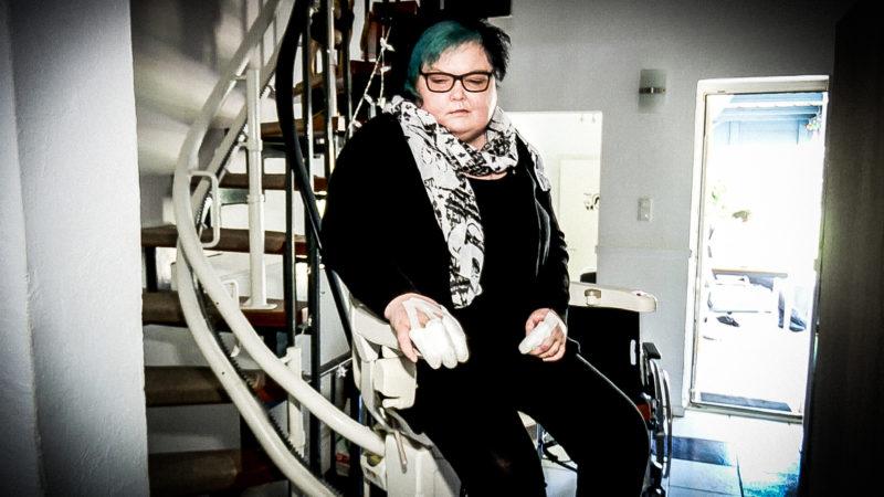"""Seltene Krankheit: Frau """"versteinert"""" (Foto: SAT.1 NRW)"""