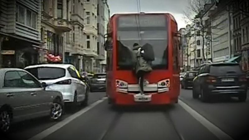 Mann fährt auf der Kupplung einer Straßenbahn mit (Foto: SAT.1 NRW)