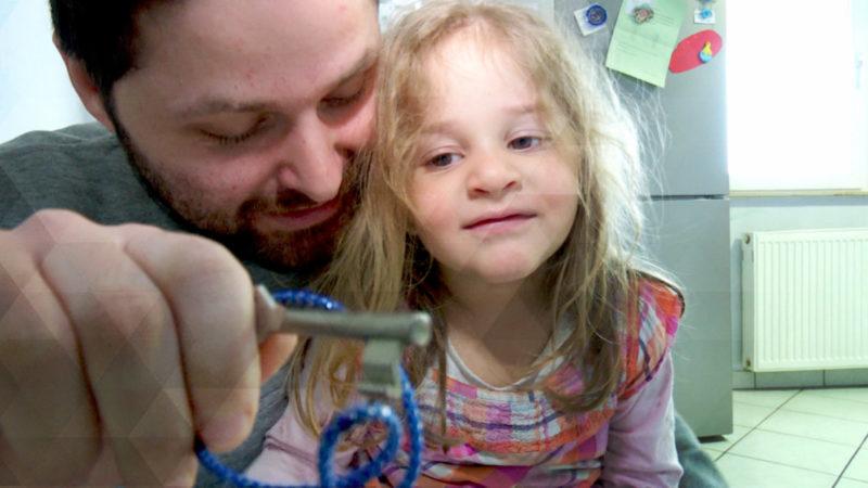 Kind schließt Eltern in Schlafzimmer ein (Foto: SAT.1 NRW)