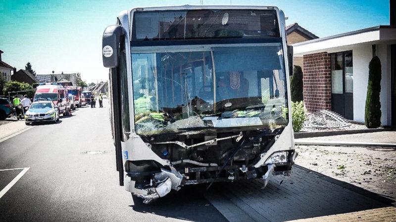Bus rast durch Mauer (Foto: SAT.1 NRW)