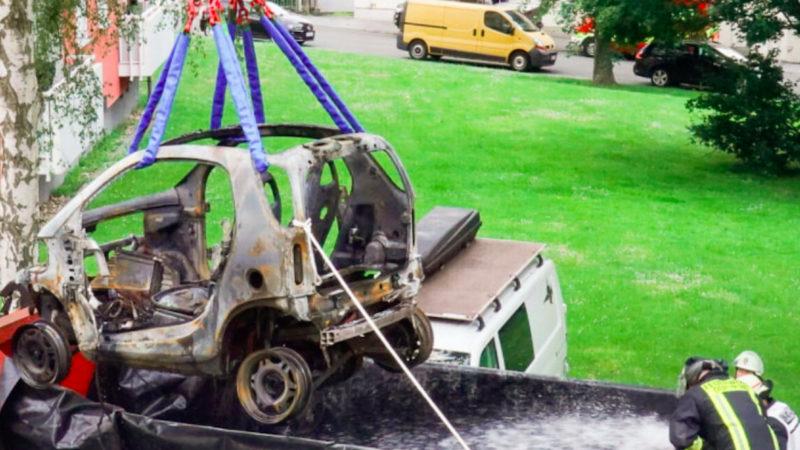 Brennendes E-Auto bereitet Probleme (Foto: SAT.1 NRW)