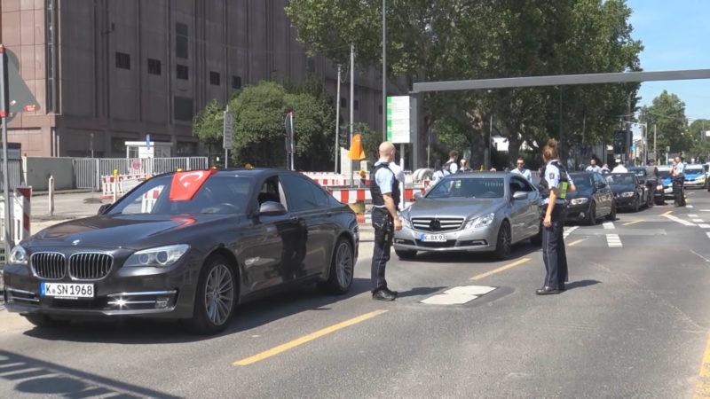 Hochzeitskorso blockiert Straße (Foto: SAT.1 NRW)