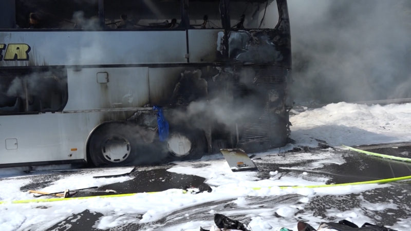 Schulbus fängt Feuer (Foto: SAT.1 NRW)