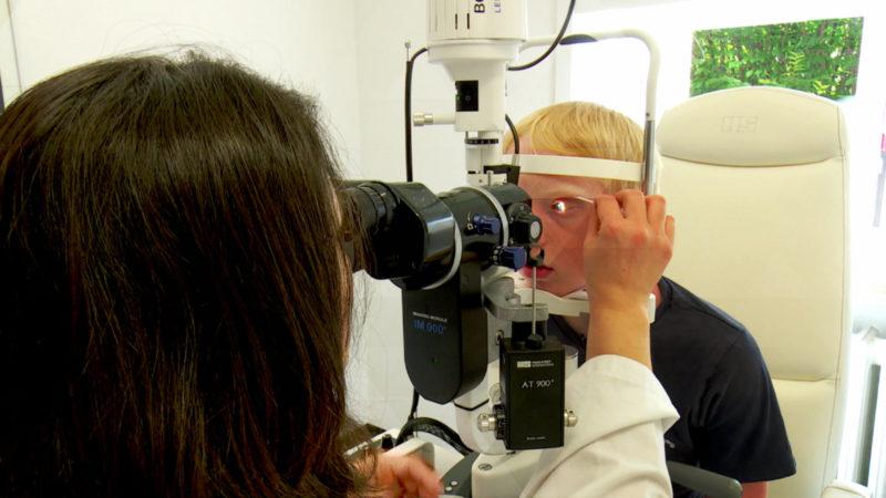 Raupenhaare aus Augen operiert (Foto: SAT.1 NRW)