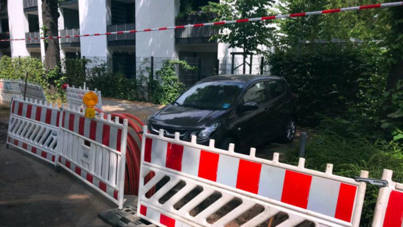 Baustelle blockiert Autos (Foto: SAT.1 NRW)