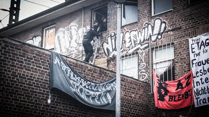 Polizei räumt besetztes Haus (Foto: SAT.1 NRW)