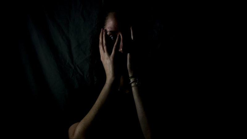 Missbrauchsopfer wird von Täter eingeschüchtert (Foto: SAT.1 NRW)