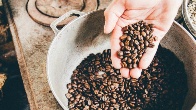 Auf Kaffeebohnen und -Pulver werden sieben Prozent Mehrwertsteuer berechnet, ... (Foto: SAT.1 NRW)