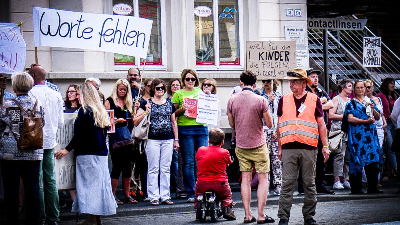 Missbrauchsopfer demonstrieren (Foto: SAT.1 NRW)